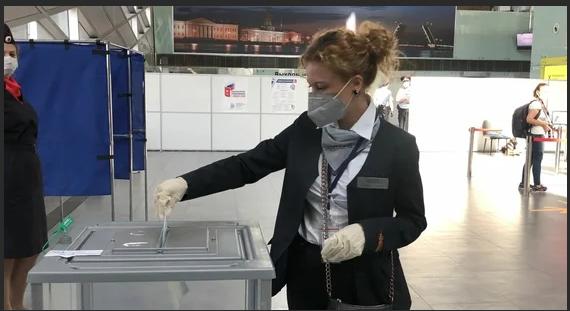 В городе на Неве открыли участки для голосования по конституционным правкам