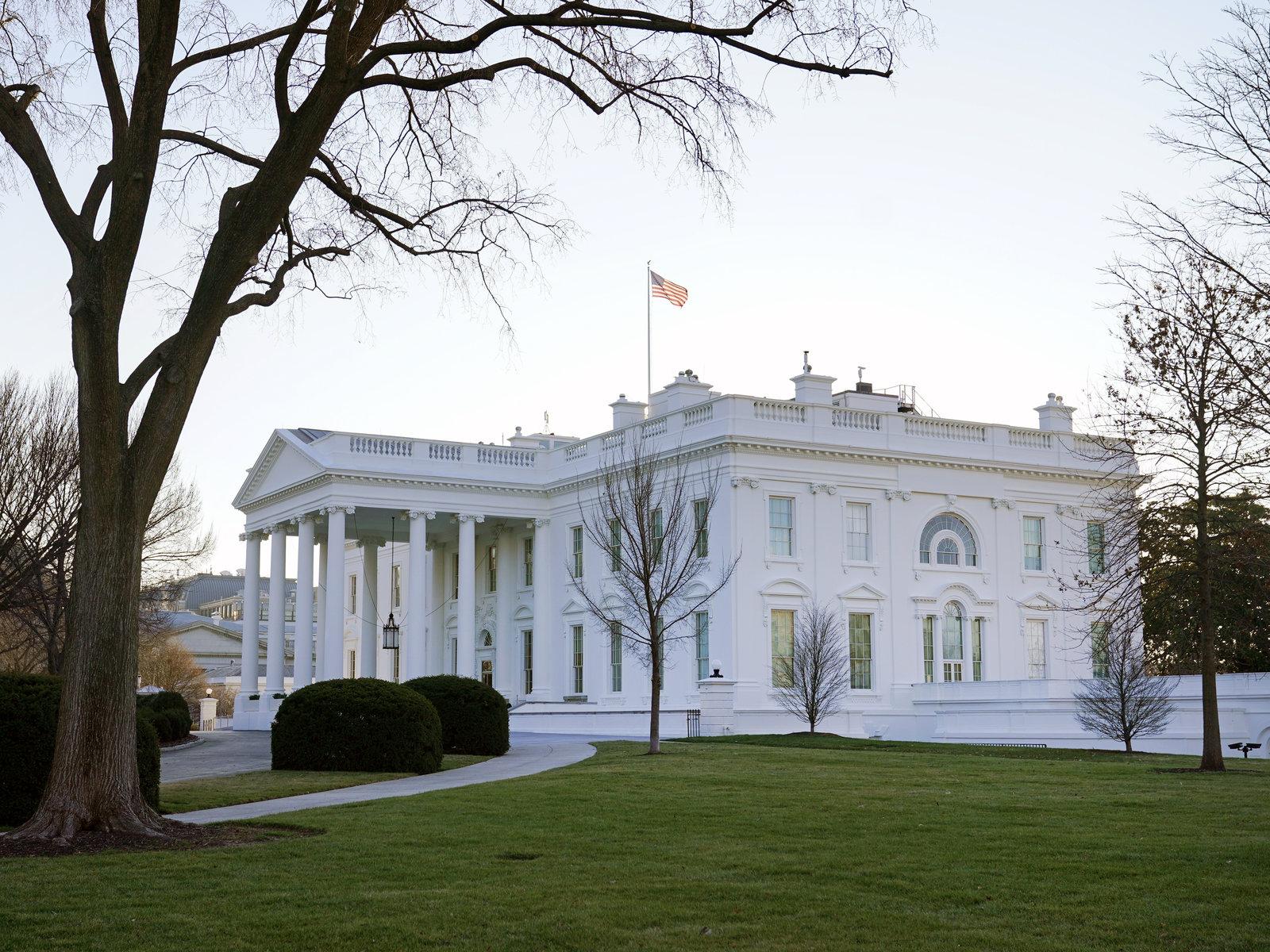 Тем временем в Белом доме: отставки, игроки в гольф и тишина на радио