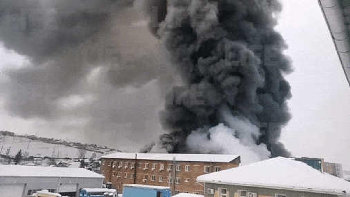 В Красноярске горит склад автозапчастей